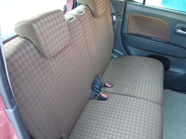 リアシートです。シート間がとっても広いのでゆったり乗って頂けます!