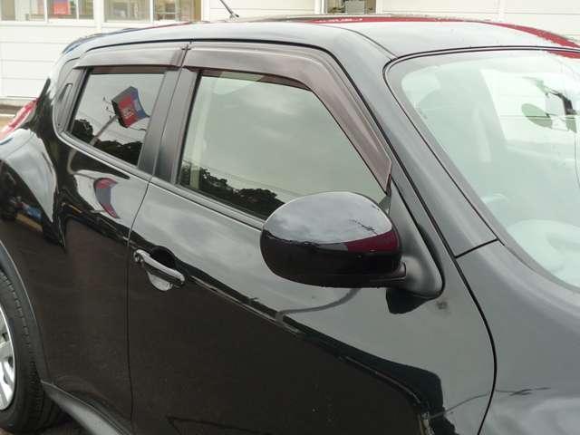 バイザー付きで雨の日も車内の換気が可能です!