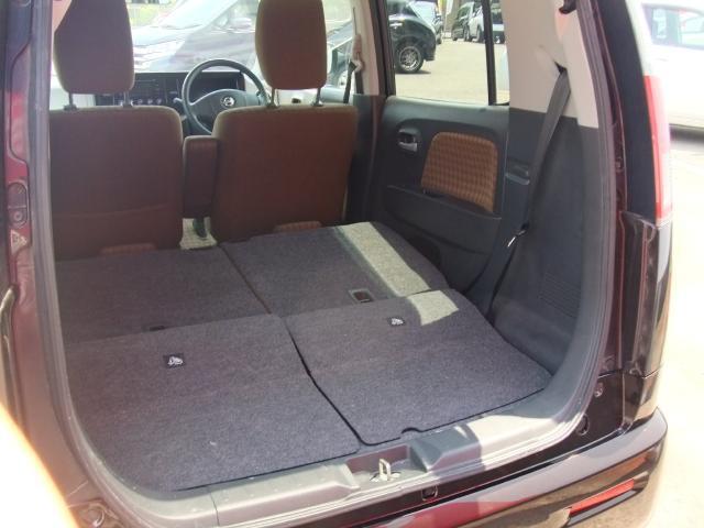 座席を前に倒すと、シートがフラットになります♪
