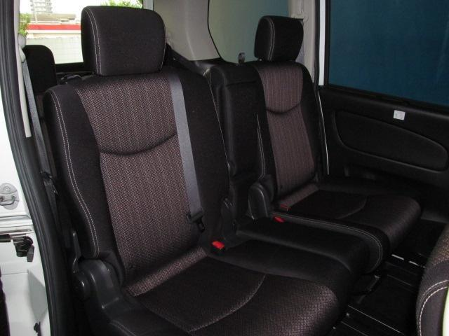 後席は足元のスペースが広くゆったりとお乗りいただけます♪