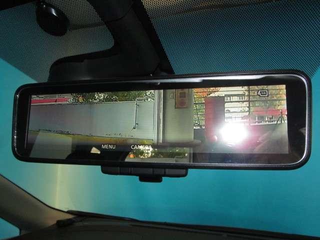 車両後方のカメラ映像をミラー面に写し出すので車内の状況や天候に左右されずにいつでもクリアな後方視界を得られます♪