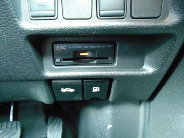 フルオートエアコン、運転席、助手席別々にも温度調整ができ、みんな快適にドライブできます。