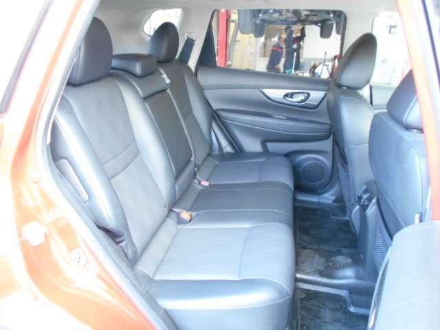 後席シート、厚めのシートで座り心地もよく背もたれの角度も変えられ長距離も楽です。