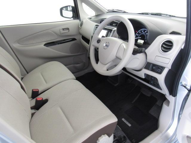 フロントシートはベンチシートタイプなので、足元も広く、助手席へも簡単に移動できます。