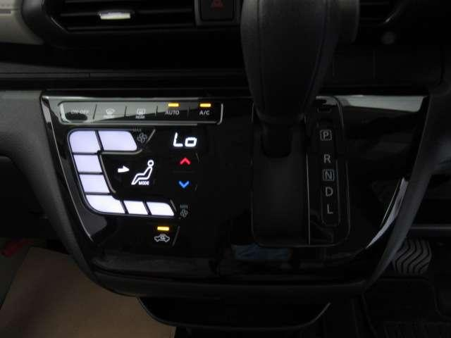 タッチパネル式のオートエアコン です。平面なのでお掃除のふき取りもしやすいですよ。操作感もサクサクで気持ちよく設定できます。