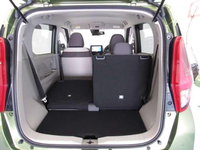 後部座席は片側のみ折りたたみできます。長もののお買い物の際はこの形にして荷物を載せられます。