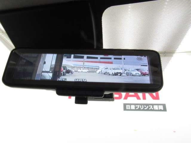 スマートルームミラーも付いています。後方ピラーや荷物、後席に同乗している方や曇りなど視界が遮られた場合でも後方カメラからの映像で安全確認をすることができます。