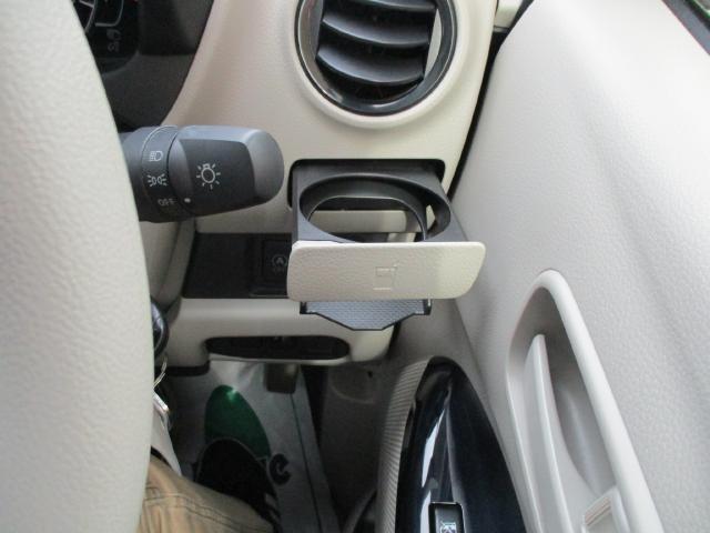 運転席と助手席にドリンクホルダ-付いてます