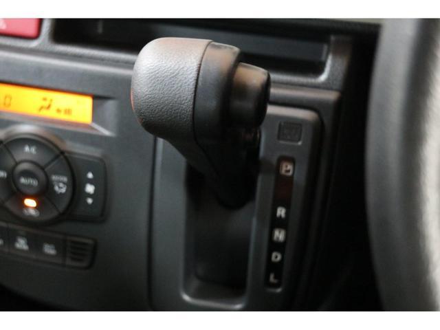 純正オーディオ付き。弊社ではナビの取付も行っております。SD・HDDナビ等、お客様の御要望により取り換え致します。