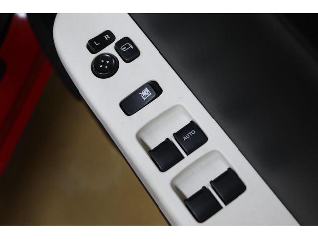 パワーウィンドウスイッチからドアミラースイッチまでを手元で操作できます。