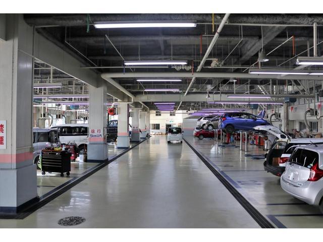 ディーラーならではの安心感、県内最大級20レーンの自社指定サービス工場完備。熟練のサービススタッフが購入後も長いお付き合いをお客様のお車をサポート致します!(写真は浦添店)