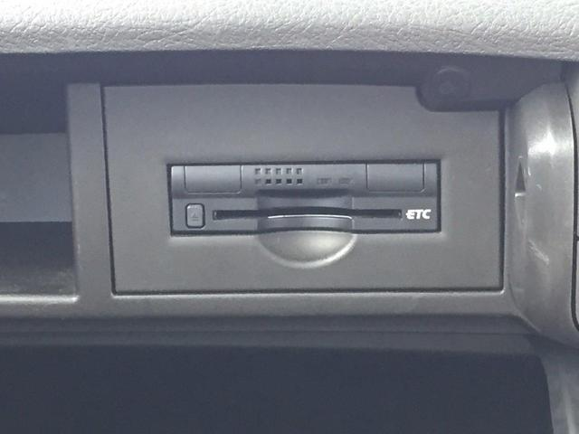 車検証ブックを入れても余裕のあるグローブボックスです。