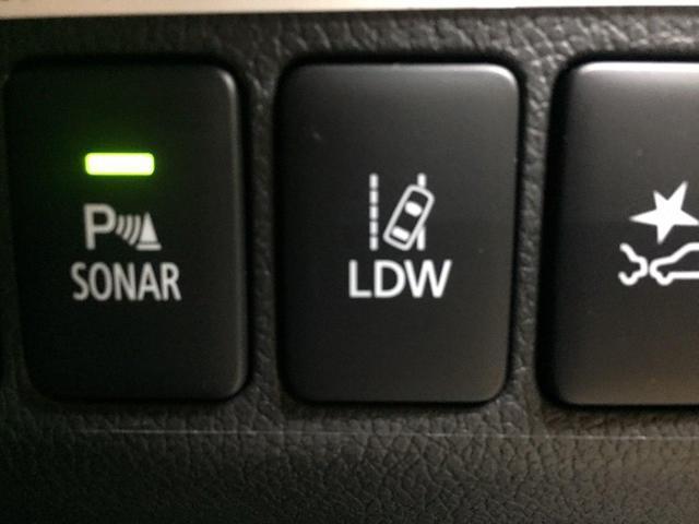 ★車線逸脱警報システム★前方の車線位置を監視。車線を外れそうになると警報でドライバーに注意を促す。