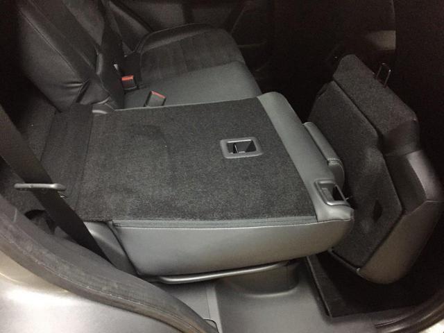後席の冷房性能を高めるため、フロアコンソールボックス後部に吹き出し口を配置、風向き調整と開閉が可能です。