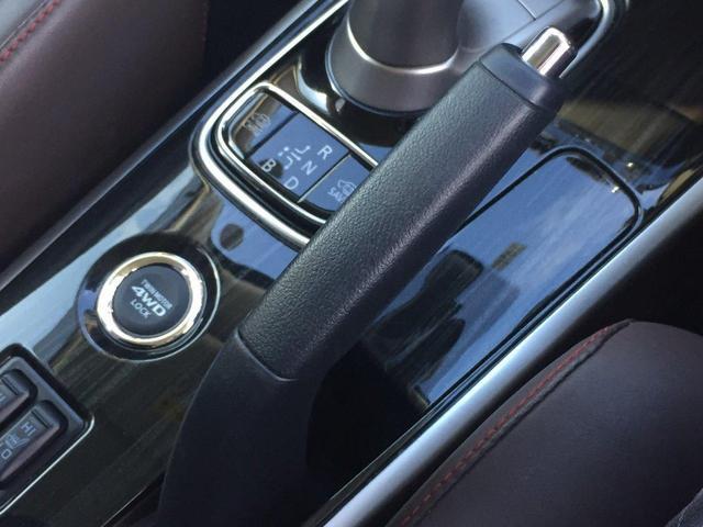 アウトランダーPHEVは、ツインモーター4WDをベースとしたS-AWCを採用。前後のモーターで常に4輪の駆動力を最適制御し、意のままの操縦性と卓越した安定性を実現します。