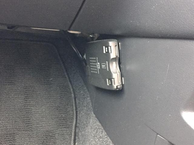 車検証ブックを入れても余裕のあるグローブボックス。
