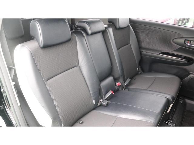 3列目シートです。7人乗りになっております。運転席側・助手席側どちらからでも乗り降りできます。