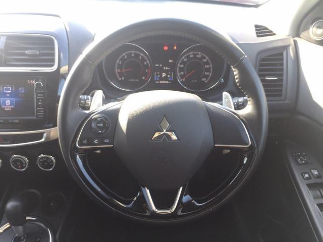 革巻きステアリング。しっくり来る握りで、日常のドライブも楽しく操作できます。