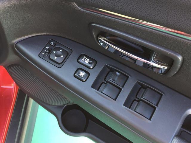 ドアミラースイッチやパワーウインドウスイッチ。ドアの下部はペットボトルも置けるポケット付き。