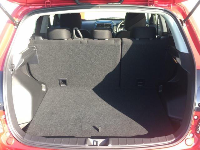 運転席シートハイトアジャスター。小柄な方も高さ調整し、最適なポジションが得られます。