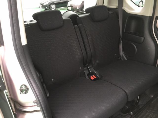 後席も足元がゆったりしたスペースを確保されております!