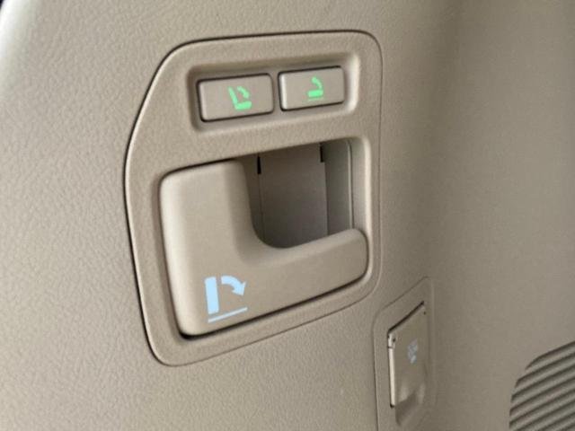 ボタンひとつで3列シート上げられます。