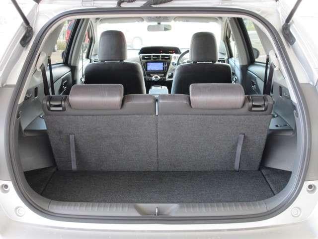 サードシートの格納は背もたれのレバーでワンタッチチルトダウンできますので、女性でも操作が簡単♪