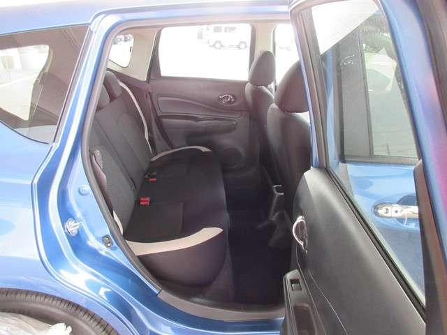 後席の膝回り空間は驚くほど余裕たっぷり。後席からの前方視界も広々としています♪後席ドアは最大で約90度も開くので、チャイルドシートへのお子さまの乗降や荷物の積載もスムースに行えます(^^)/