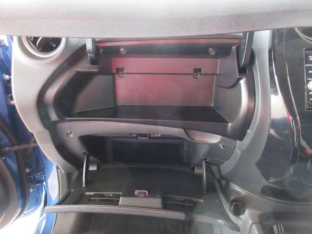 インストアッパーボックスにはボックスティッシュが収納可能♪グローブボックス内は仕切りがあるので散らかる荷物も綺麗に収納できます♪