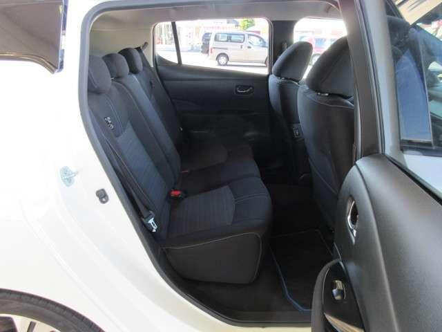 助手席シートサイドには後席クッションヒーター用のスイッチが備わり、後席でも快適に過ごせます(^^)/
