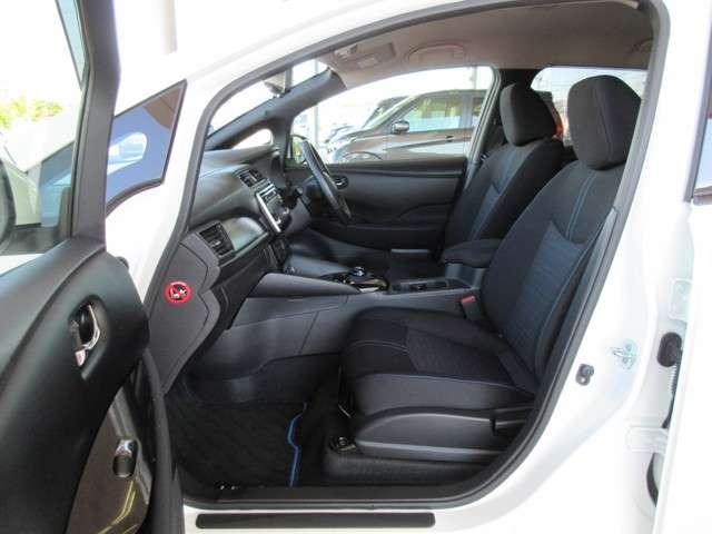 センターコンソールはコーナリングの際などにドライバーの膝を支えて適正な運転姿勢をキープできるデザインになっています(+_+)