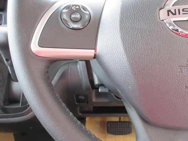 ステアリングにはナビ取付パッケージ用のステアリングスイッチが装備されディーラーオプションのナビの操作が可能になります♪ステアリング奥に見えるのは運転席ヒータースイッチです(^^)