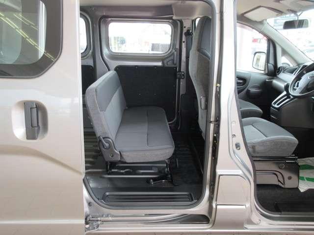 低い床面で、セカンドシートも乗降性をしやすく。さらに荷物の出し入れのしやすいです(^^)/