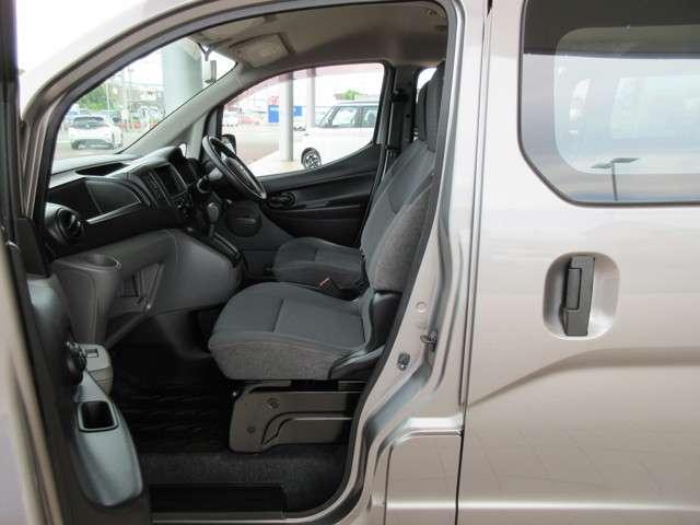 前倒れ機能のついた助手席にはシートバック裏側に樹脂製のトレイを設定されいますので