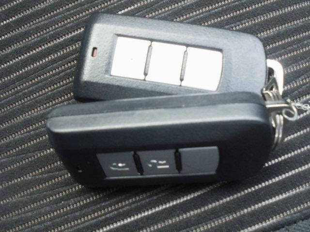 キーを身に着けて車輌のドアボタンを触るだけでドアロックの施錠・解除が簡単に出来ます。エンジン始動も鍵を操作する必要がありません!カバンやポケットから出す必要もありません。