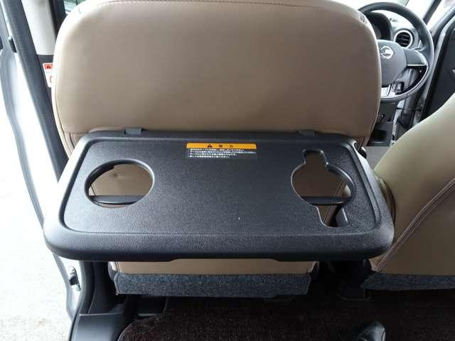◆助手席シートバックテーブル◆ドリンクマグ対応ホルダーがあるので、マグが倒れる心配がありません。タブレット端末も立てかけやすい形状です!