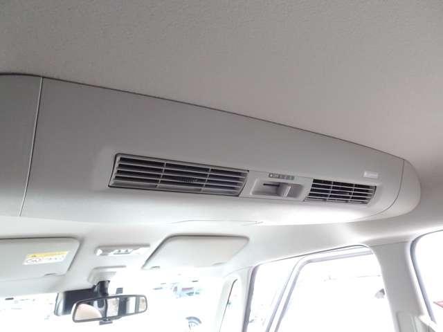 ◆ナノイー搭載リヤシーリングファン◆『ナノイー』を運転席側吹き出し口からの風に乗せて、車内全体に届けます!室温や乗員のお好みに合わせて、3段階の風量と風向を調節可能です!