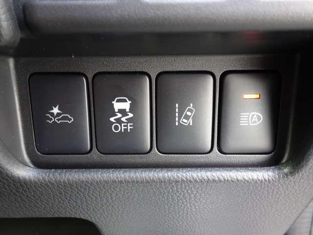 ◆衝突被害軽減ブレーキ◆フロントカメラで前方の車両や歩行者を検知。衝突の可能性が高まるとメーター内の警告灯表示とブザーでドライバーに回避操作または衝突回避を支援してくれます!