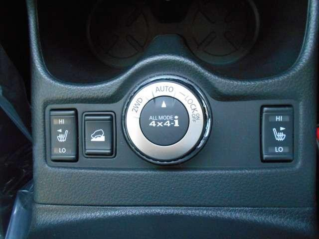 フロントシートにはシートヒーターが装備されています。中央のジョグダイヤルは4X4切り替えスイッチです。