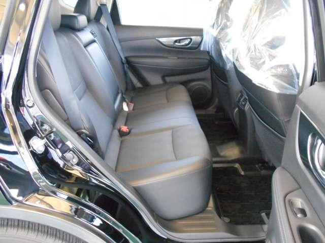 後部座席にも肘掛が装備されていますので、同乗者の方にもお寛ぎ頂けます。
