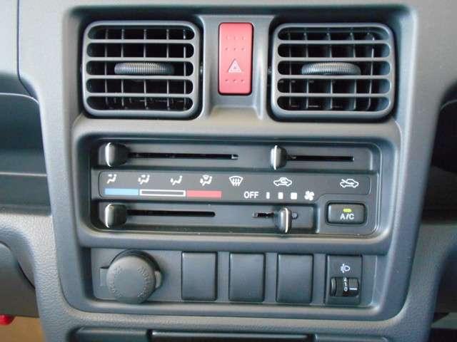 マニュアルエアコン。手動操作でお好みの温度に設定する事が出来ます。