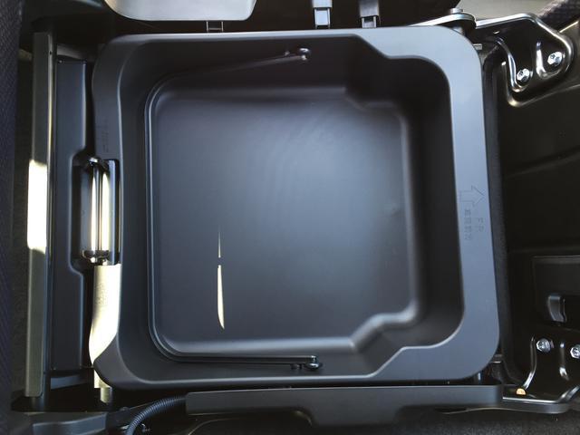 助手席の下にも収納スペースが隠されています。
