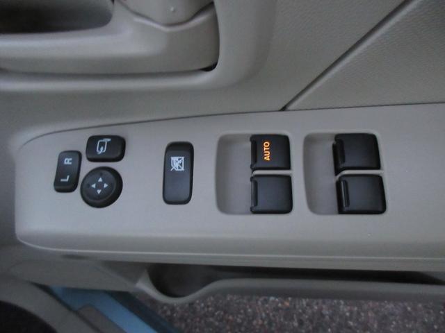 パワーウインドウです!ドアミラーはボタン1つで操作可能です!運転席側はオート機能付きです!