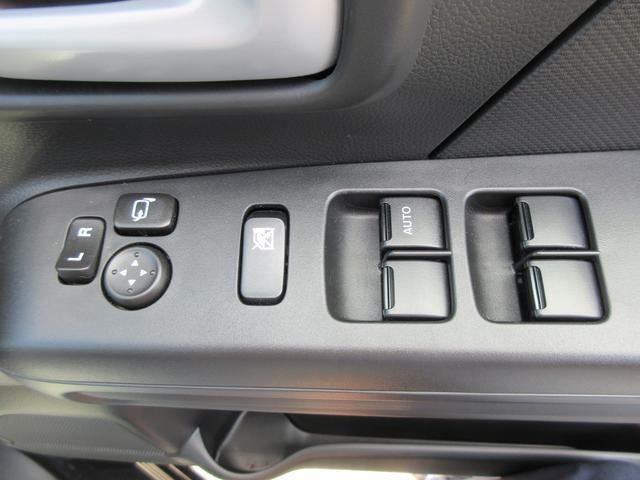 パワーウインドウです!ドアミラーはボタン1つで操作可能ですよ!運転席側はオート機能付きですよ!