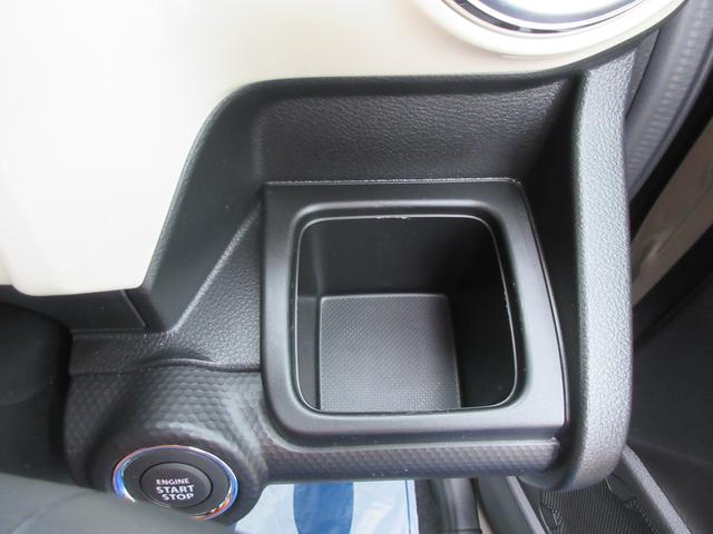 運転席側のドリンクホルダーです!四角くなっているので、紙パックでも安心ですよ☆