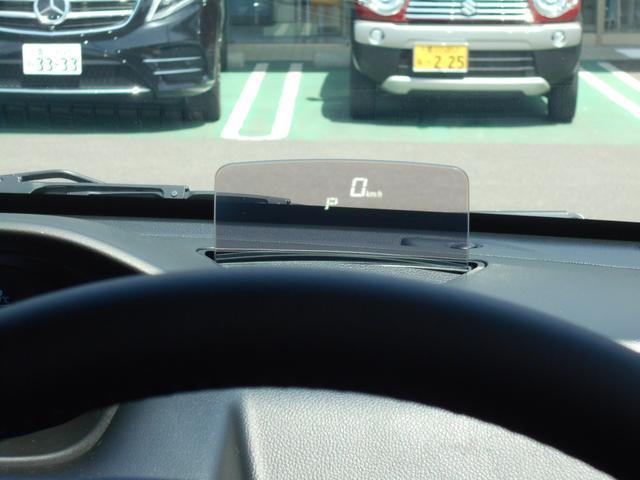 視線の移動を少なくするヘッドアップディスプレイを搭載!車速や現在のギアなどが一目で分かります♪また、使用しない際は収納することも可能です!