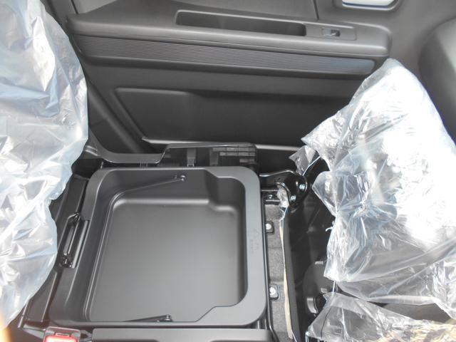 助手席の下側には取り外し可能なアンダーボックスがあります!車検証を収納するのもおススメです♪