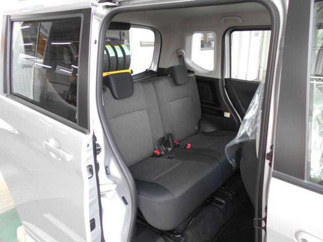 ゆとりのある車内空間。後席で足を組んでもひざ周りのスペースがゆったりしています。