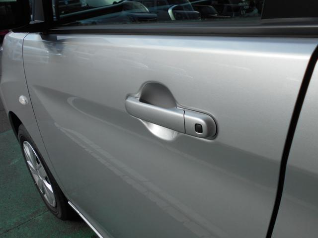 運転席。助手席・バックドアに施錠が簡単にできるリクエストスイッチ装着。リモコンキーをとりださなくても簡単に操作ができる!