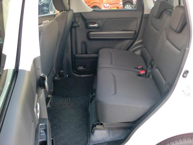 リヤシートは天井も高い広々空間!足元もさらに広くゆったり!リヤドア内側にはは軽初【アンブレラホルダー】付。